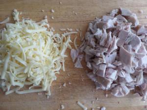 Этап приготовления закуски из курицы с черносливом, сыром и грецким орехом