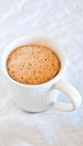 Ингредиенты для приготовления клубнично-ванильного кекса со сливочной глазурью, в микроволновой печи   1 столовая ложка сливочного масла, размягченного; 1 большое яйцо; 1/2 чайной ложки ванилина; 2 столовые ложки сахарного песка; 1/4 стакана муки; 1 чайная ложка разрыхлителя для теста; 1/2 чайной ложки корицы; 2-3 столовые ложки клубники, нарезанной кубиками (можно использовать замороженную).    Приготовление клубнично-ванильного кекса со сливочной глазурью, в микроволновой печи   В средней миске смешиваем все ингредиенты (за исключением клубники) и взбиваем венчиком до тех пор, пока тесто не станет гладким, без комочков.  Осторожно добавляем клубнику.  Смазываем кружку маслом и выливаем в неё готовое тесто примерно на 2/3 (чтобы тесто, когда оно будет подниматься, не вытекло). Лучше даже распределить тесто по двум кружкам так, чтобы оно занимало лишь половину объема.  Ставим кружку с тестом в микроволновку и на высоком режиме держим от 75 до 90 секунд или до готовности.   Лучше всего контролировать процесс приготовления, находясь непосредственно перед микроволновой. Так как микроволновки у всех разные, у кого-то кекс может быть готов уже через 60 секунд, у другого этот процесс может занять 2 минуты.  Если кекс готов, вынимаем его из микроволновой печи и даём остыть.  Тем временем делаем глазурь:  1 столовая ложка сливочного масла, растопленного; 1/4 стакана сахарной пудры; 1/4 чайной ложки ванилина; 1 столовая ложка сливок (или молока).  Смешиваем все ингредиенты (кроме сливок) в небольшой миске и взбиваем до желаемой консистенции. Густоту крема можно уменьшить, добавив сливки или молоко.  Поливаем кекс в кружке сверху глазурью, чтобы он пропитался ею. Либо аккуратно вынимаем кекс из кружки (для этого нужно пройтись ножом по бокам кекса, отделив их тем самым от стенок кружки), переворачиваем на тарелку и поливаем сверху сливочной глазурью.